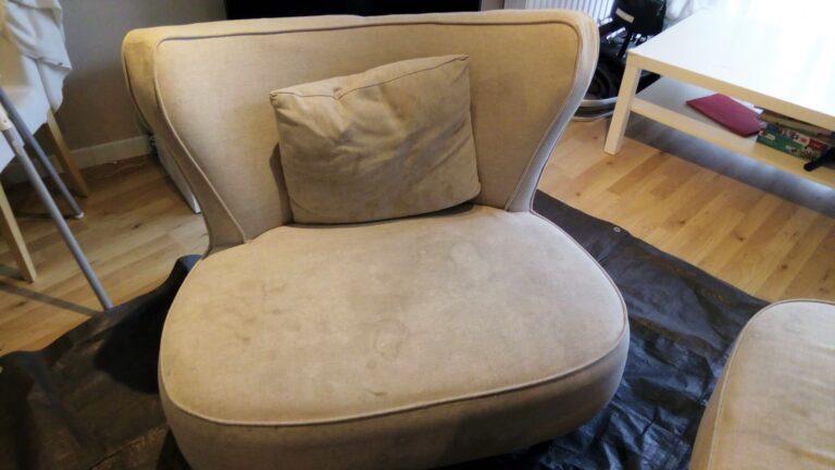 Brudny fotel przed praniem
