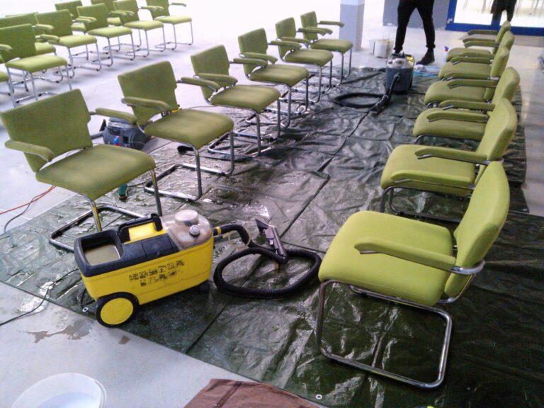 krzesła biurowe w trakcie prania
