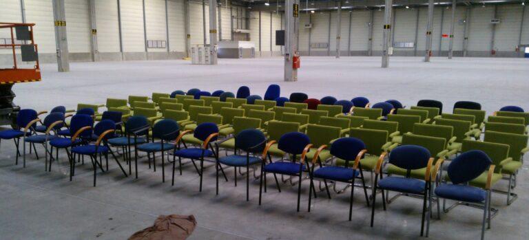Krzesła z sali konferencyjnej i biur pracowników przygotowane do prania