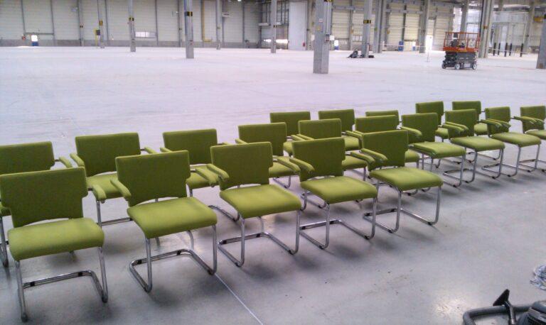 Wyczyszczone krzesła biurowe