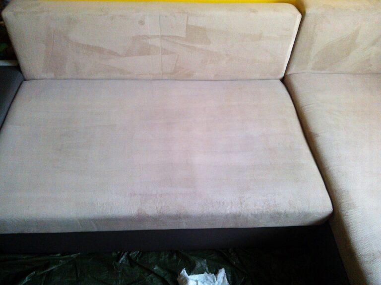 Wprana tapicerka meblowa jasnego narożnika z alcantary