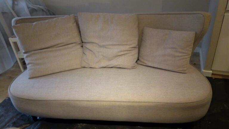 Świeżo wyprana tapicerka meblowa mocno zabrudzonej sofy