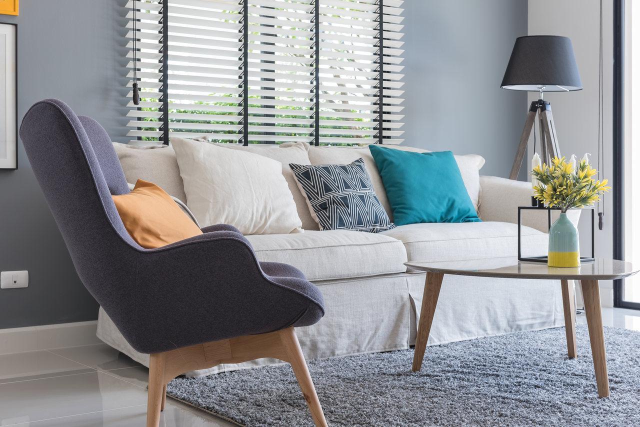 wyprana sofa, dywan i sofa tapicerowana